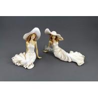 vrouw met hoed zittend polystone beige breed 25.5 cm 2 assortiment design
