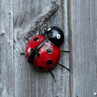 lieveheersbeestje hangend of staande 17.5 cm metaal rood