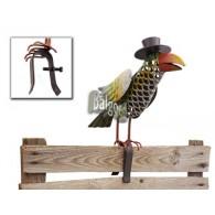 hekdier vogel met beugel voor op een tuinscherm op=op