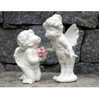 engel paar kussend met rozen polystone 2 assortiment design hoog 28 cm